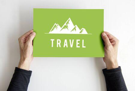 Mensen die van de exploratieheuvels van het reisavontuur in openlucht grafisch pictogram tonen
