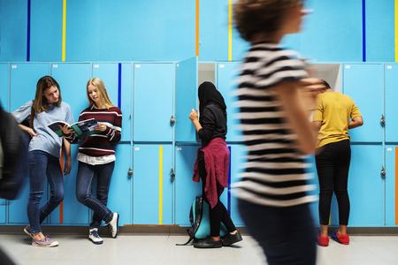 groupe d & # 39 ; étudiants prenant des trucs de casiers