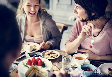 友人収集には一緒にお茶会を食べるケーキ楽しみ幸せに 写真素材