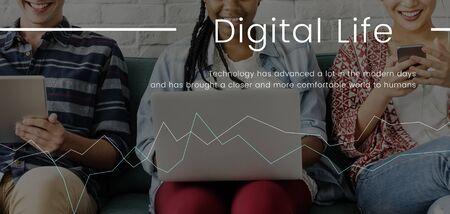 Menschen arbeiten an digitalen Geräten Netzwerkverbindung Grafik Standard-Bild - 82260940