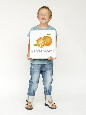 신선한 유기농 오렌지의 일러스트와 소년
