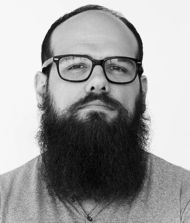Confident barbe homme audace casual studio portrait Banque d'images - 82335393