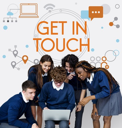 学生とデジタル デバイスのソーシャル コネクションのグループ 写真素材