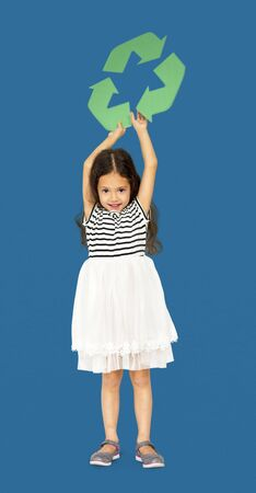 separacion de basura: Little Girl Holding Recycle Symbol Retrato de estudio