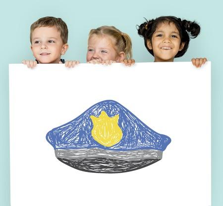Kinderen met een tekening van politiehoed