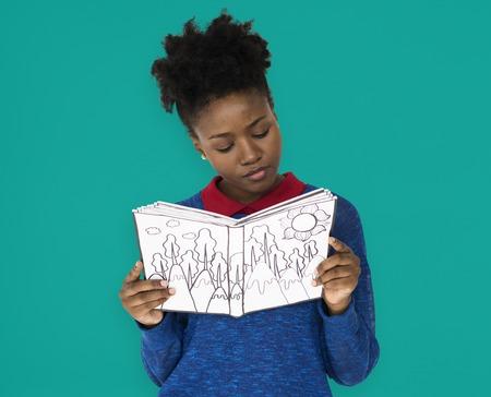 여학생이 책을 읽는 데주의를 기울인다.