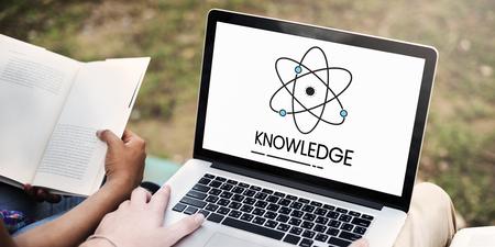 Hände arbeiten auf Laptop-Netzwerk Grafik-Overlay Standard-Bild - 82401865
