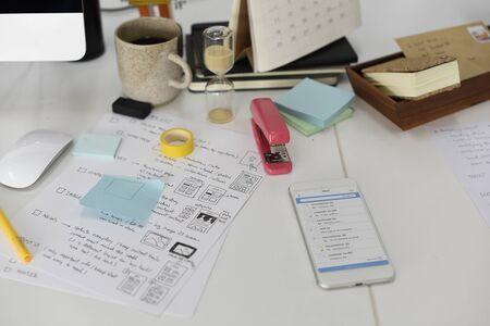紙の上のスタートアップのビジネスのウェブサイト コンテンツの設計レイアウト