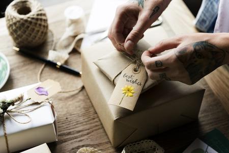 나무 테이블에 선물 포장을 단순화하는 공예 디자인 스톡 콘텐츠