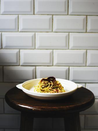 Voedsel het stileren spaghettiplaat op de stoel Stockfoto