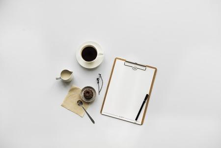 コーヒー プリンとテーブルの上のクリップボード 写真素材