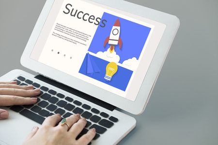 Handen die aan laptop netwerk grafische bekleding werken