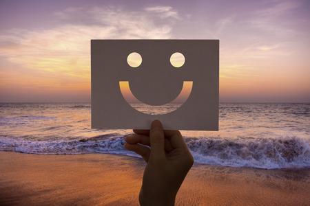 쾌활한 천공 종이 웃는 얼굴을 행복하게 스톡 콘텐츠 - 82397848