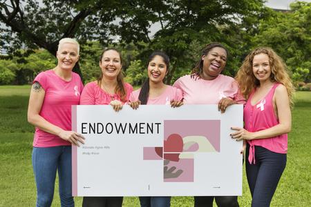 Groupe de femmes titulaire d'une bannière de campagne de dons de charité Banque d'images - 82418384