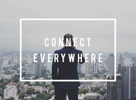 디지털 장치를 사용하여 모든 곳에 연결 네트워킹 스톡 콘텐츠
