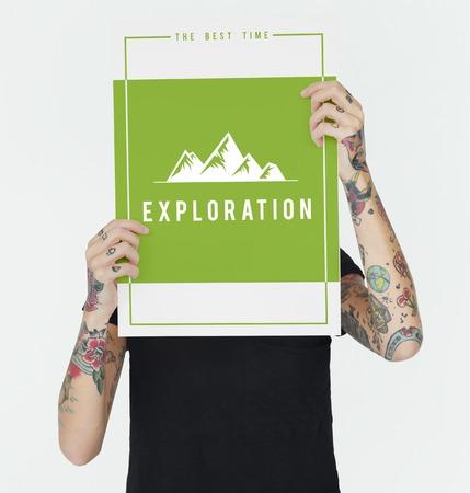 사람들이 야외 모험 탐험 언덕 그래픽 모험을 보여주는 여행 모험 스톡 콘텐츠