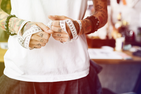 彼女の手の周りの測定テープを保持しているファッション ・ デザイナー 写真素材 - 82448927