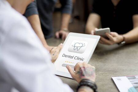 Illustratie van tandheelkundige zorg applicatie op digitale tablet Stockfoto