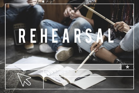 一緒に人々 の練習の音楽のリハーサルをグループします。 写真素材 - 82418802