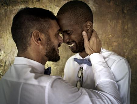 Close-up van het gelukkige paar lachen samen