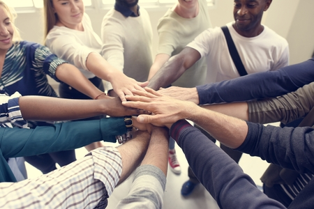 Startup Geschäftsleute Teamwork Zusammenarbeit Hände zusammen Standard-Bild - 82267576