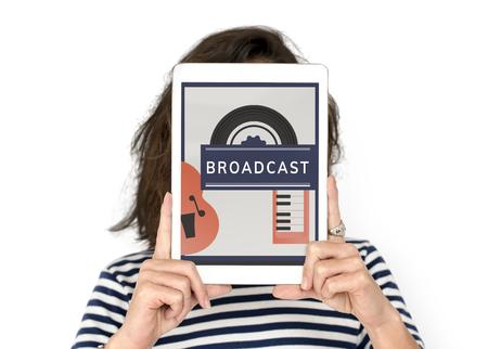 music lyrics: Mujer que sostiene el dispositivo digital que cubre el gráfico de la red de la cara