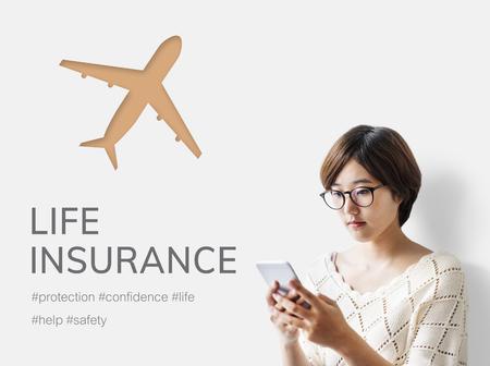 Frau, die Handy mit Illustration der reisenden Reise der Luftfahrtlebensversicherung verwendet Standard-Bild - 82399483