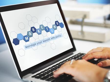 Bedrijfseconomische financiële transactie investering grafisch op laptop