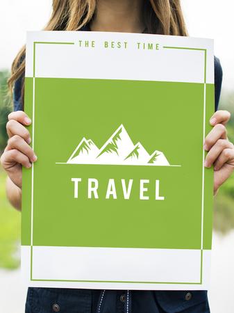 Mensen die reizenavontuur in het buitenland verkenningen heuvels grafisch pictogram tonen