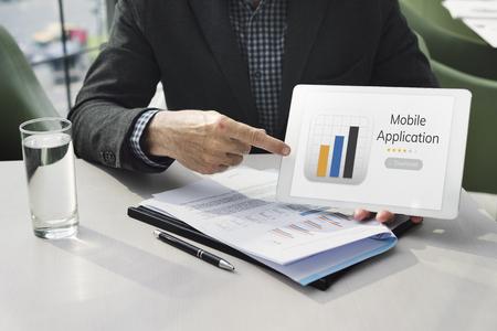 사업가 모바일 응용 프로그램 그래프 다운로드 일러스트와 함께 스톡 콘텐츠