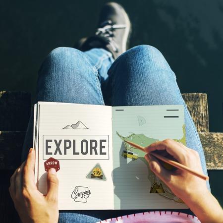 Handen die aan de grafische overlay van het notitieboekjevlechtwerk werken Stockfoto
