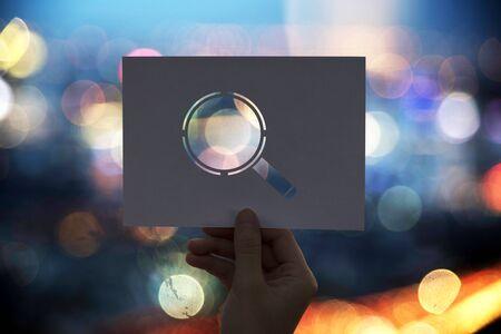 발견 된 구멍이있는 종이 돋보기 찾기 스톡 콘텐츠