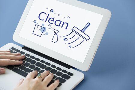 Ilustración de servicio de limpieza de casa en la computadora portátil Foto de archivo - 82346038