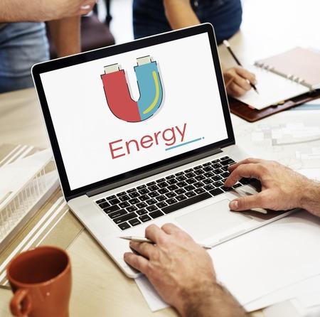 노트북에 말굽 자기장 에너지의 그림