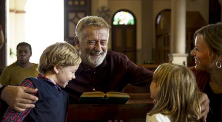 Kirche Menschen glauben Glauben Religiöses Standard-Bild - 82553031