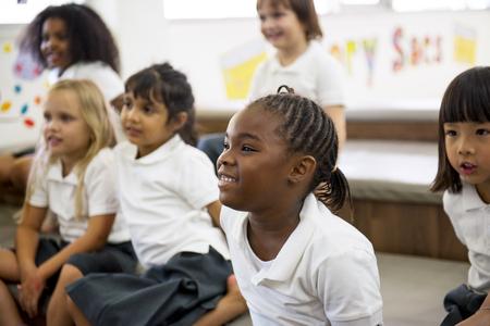 바닥에 앉아있는 유치원생
