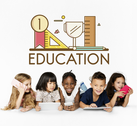 Grupo de educación de los estudiantes con la ilustración de los efectos de escritorio Foto de archivo - 82423780