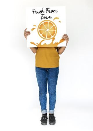 배너에 영양가있는 육즙 오렌지의 그림