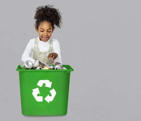小さな女の子が分離し、ものをリサイクル エコロジー