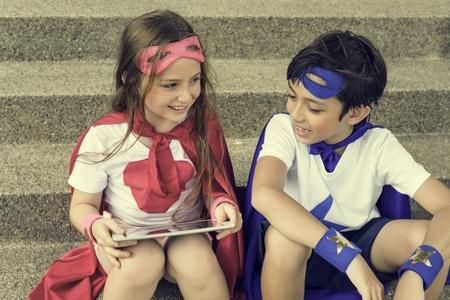 Superheld jongen meisje moedige verbeelding kostuum concept