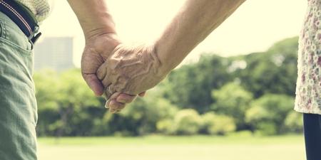노인 커플 행복 낭만주의 손 개념을 들고