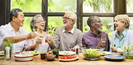 Gruppo di pensionamento anziano Incontra Felicità Archivio Fotografico - 82692261