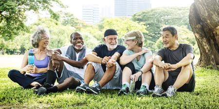 Ältere Gruppe Freunde Übung entspannen Konzept