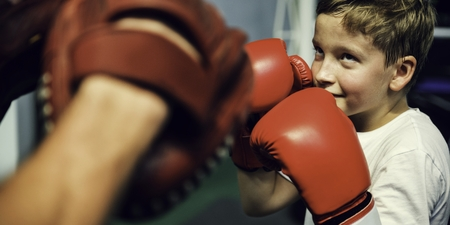 ボクシングのパンチのミット練習の概念の訓練の少年 写真素材