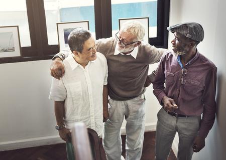 高齢退職に会う幸福概念のグループ