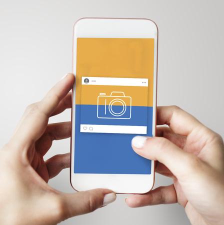 카메라 아이콘으로 디지털 스마트 폰을 들고 손