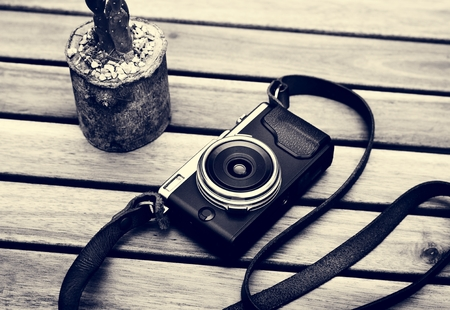 Film camera old vintage classic on wooden table 版權商用圖片 - 82725855
