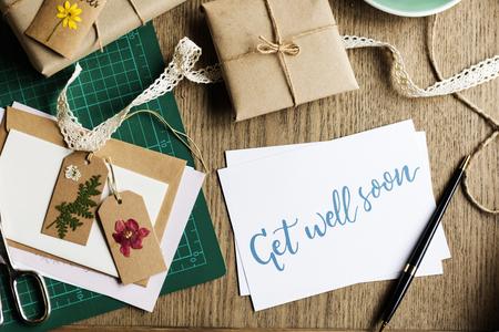 Word goed snel kaart met geschenkdoos en gedroogde bloemen Tags Stockfoto - 82726284