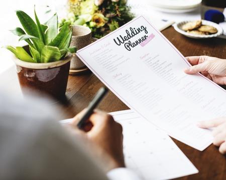 Handen Holding Wedding Planner Checklist Informatie Voorbereiding
