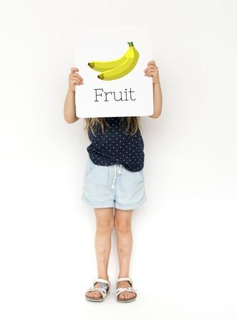 신선한 유기 맛있는 바나나 그림의 배너를 들고 어린 소녀